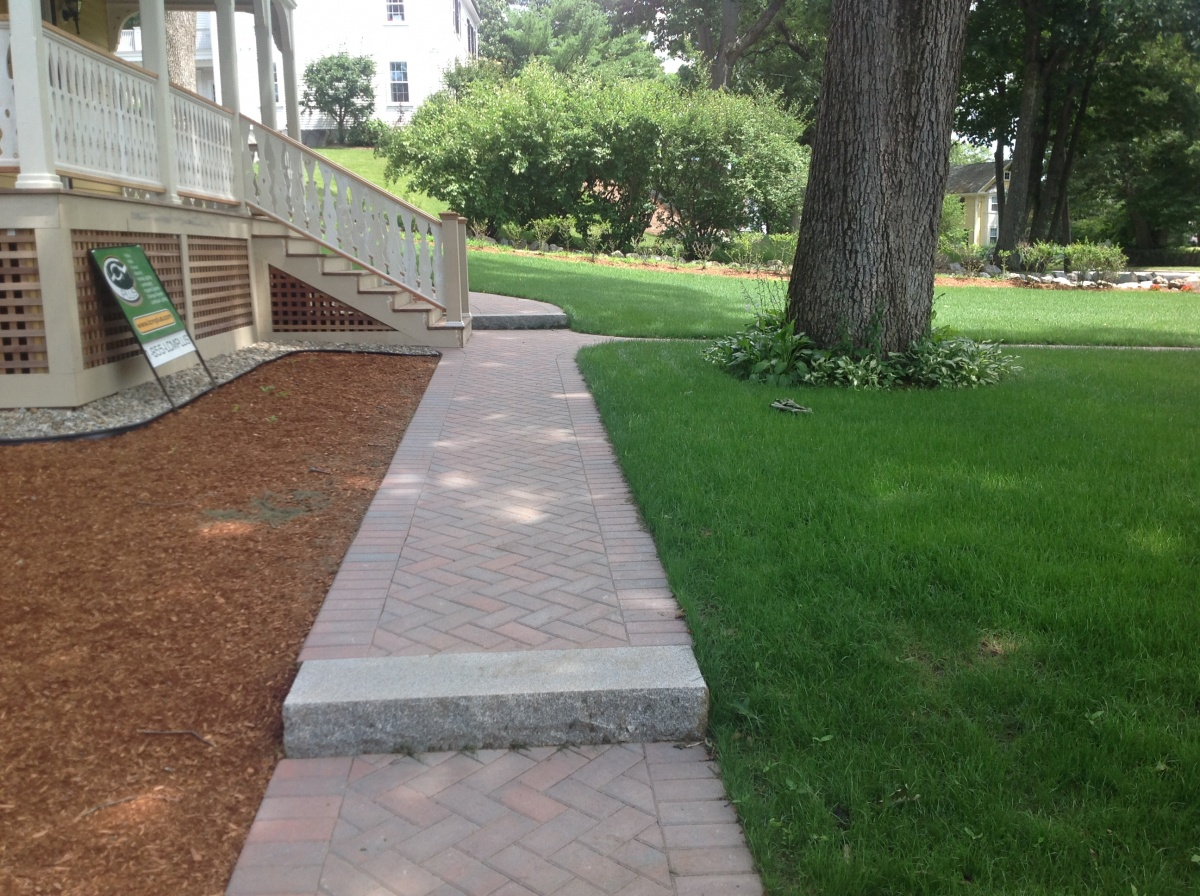 Techo-Bloc Victorien walkway, Granite steps