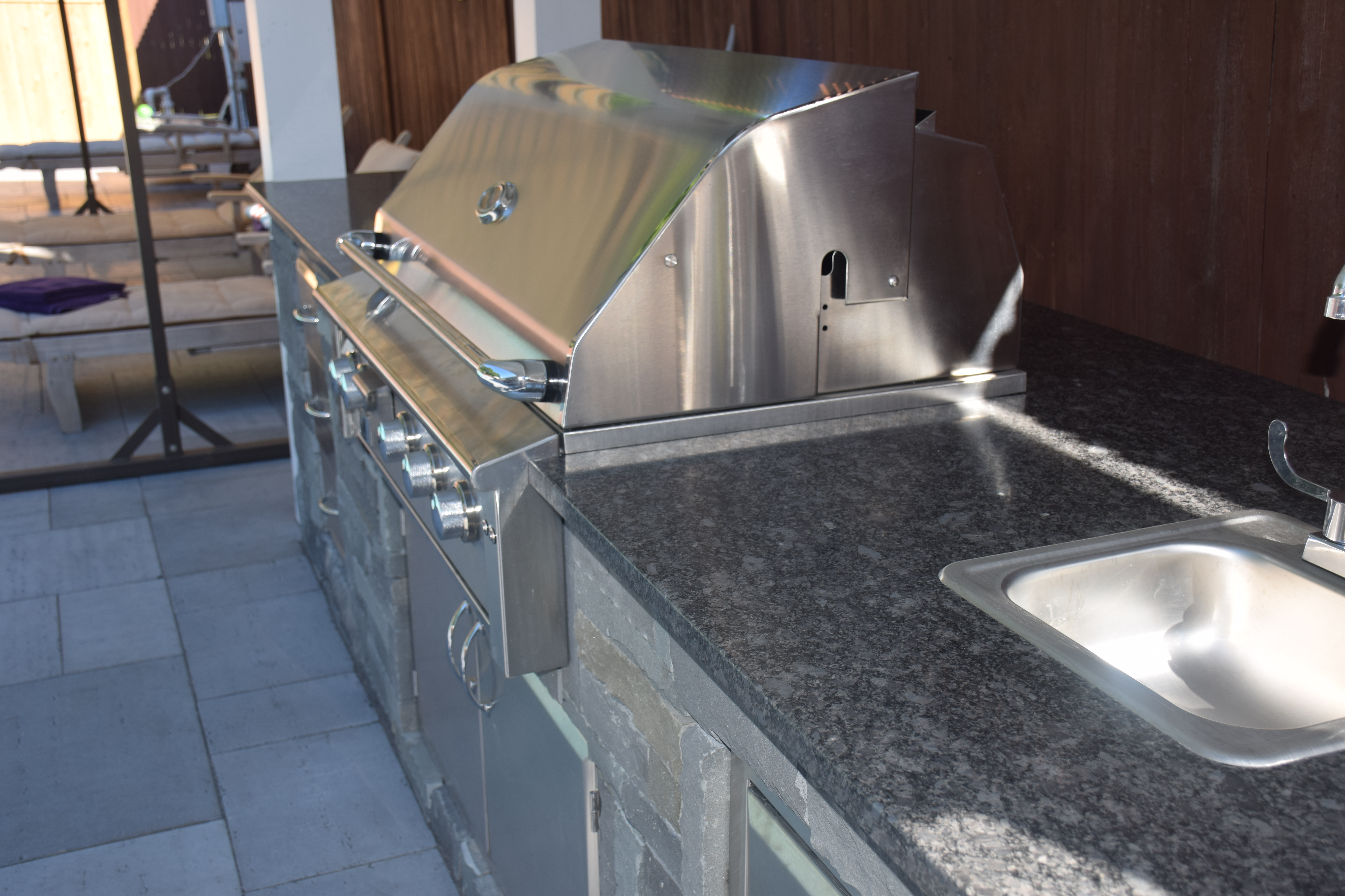 Outdoor kitchen with wetbar